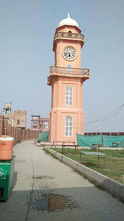 'لٹریسی ٹاور' شہر کے پانچ گھنٹہ گھروں میں سے ایک ہے