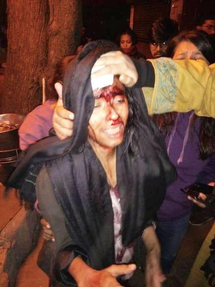 نئی دہلی میں طلباء پر انتہا پسندوں کے حملے