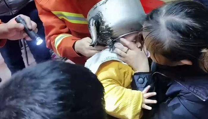 چینی بچے کو شرارت مہنگی پڑگئی، سرکیتلی میں پھنسا بیٹھا