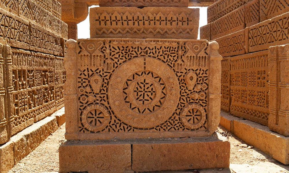 'چوکنڈی قبرستان' یہاں پندرہ سے اٹھارویں کی نامور شخصیات مدفون ہیں