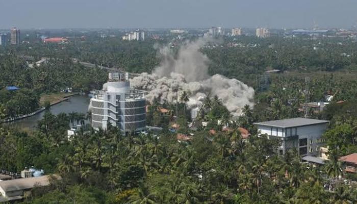 بھارت کی 2 عمارتیں لمحوں میں ڈھیر