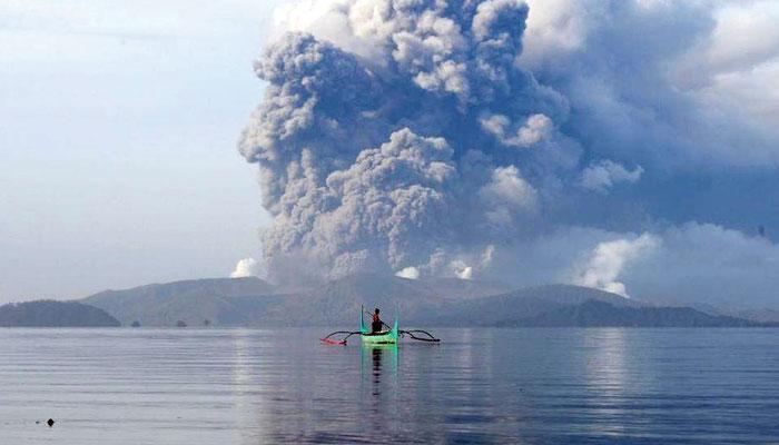 فلپائن میں لاوا اُگلتا آتش فشاں تصاویر کے آئینے میں