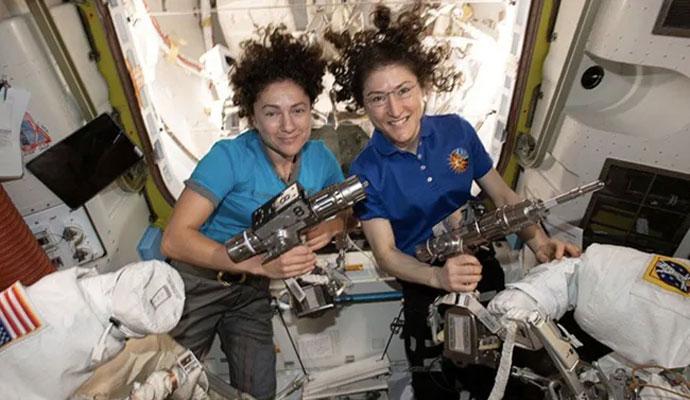ناسا کی خلاباز خواتین کی اسپیس اسٹیشن کے باہر چہل قدمی