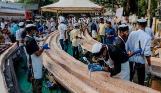Hundred Bakers Make Worlds Longest Cake In India