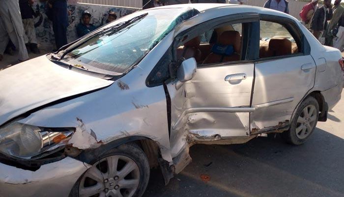 کراچی، تیز رفتار کار فٹ پاتھ پر چڑھ گئی، دو افراد جاں بحق
