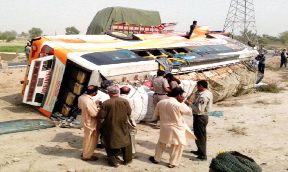 فیصل آباد: بس الٹنے سے 3 مسافر جاں بحق