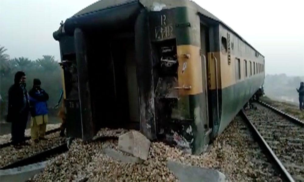 خیر پور: ٹرین کی 6 بوگیاں پٹری سے اتر گئیں