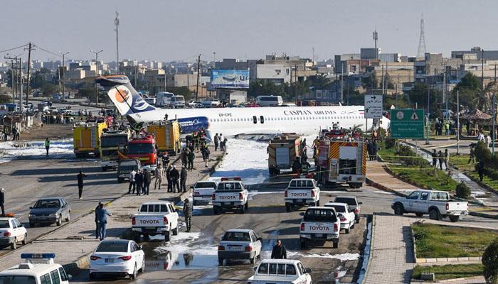 پائلٹ نے مسافر طیارے کو سڑک پر اتار دیا