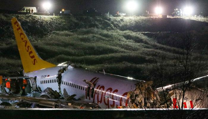 ترکی: مسافر طیارہ لینڈنگ کے دوران 3 حصوں میں ٹوٹ گیا