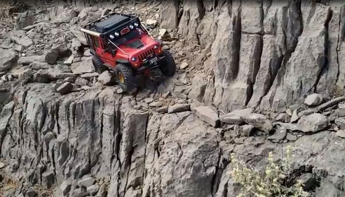 امریکا: ماہر ڈرائیور کا پہاڑ پر جیپ چلانے کا خطرناک مظاہرہ