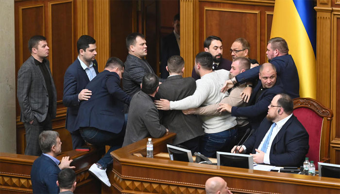 یوکرین کی پارلیمنٹ ایک بار پھر میدانِ جنگ کا منظر پیش کرنے لگی