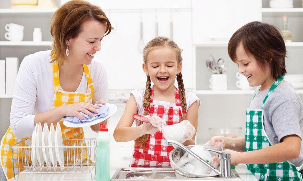 گھر کے کاموں میں بچوں کو مشغول رکھیں