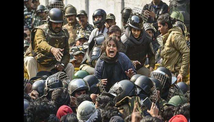 دہلی پولیس کا مسلم طالبہ پر بہیمانہ تشدد، حجاب اتار دیا