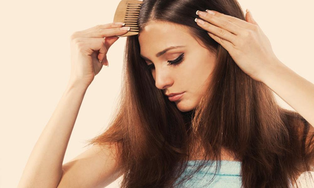 بالوں کو سیدھے، ملائم بنانے کے 4 آسان طریقے
