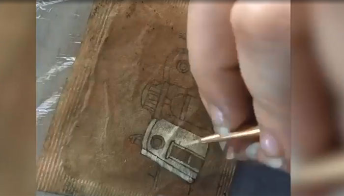 برطانیہ: فنکارہ کی استعمال شدی ٹی بیگ پر خوبصورت پینٹنگز