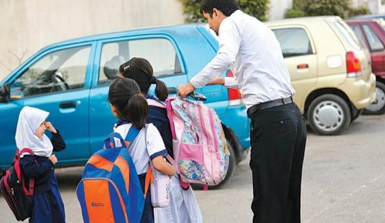 کیماڑی زہریلی گیس، بیشتر تعلیمی اداروں میں چھٹی