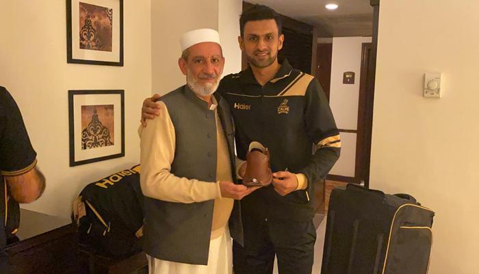 غیر ملکی کھلاڑیوں کے لیے 'کپتان چپل ' کا تحفہ