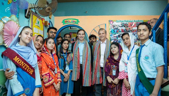 امریکی سفیرکاروشن پاکستان اکیڈمی کراچی کادورہ، بچوں سے ملاقات