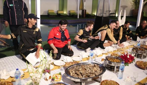 پی ایس ایل، کرکٹرز کی کراچی میں آؤٹنگ اور دیسی ڈنر