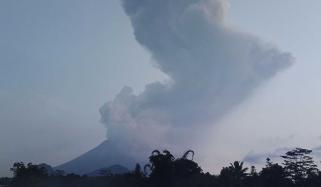 انڈونیشیا میں آتش فشاں پھٹ پڑا