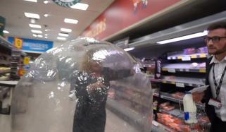 خاتون ببل بال پہن کر سپر مارکیٹ پہنچ گئیں