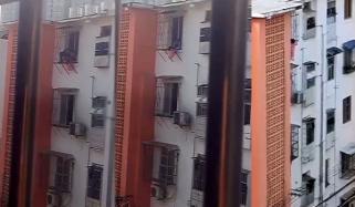 ہمدرد شخص نے عمارت کی چوتھی منزل پر پھنسے بچے کو بچالیا