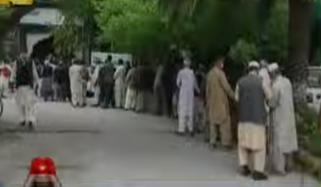 اسلام آباد، راولپنڈی میں بینکوں کے باہر تنخواہ داروں اور پنشنرز کا رش