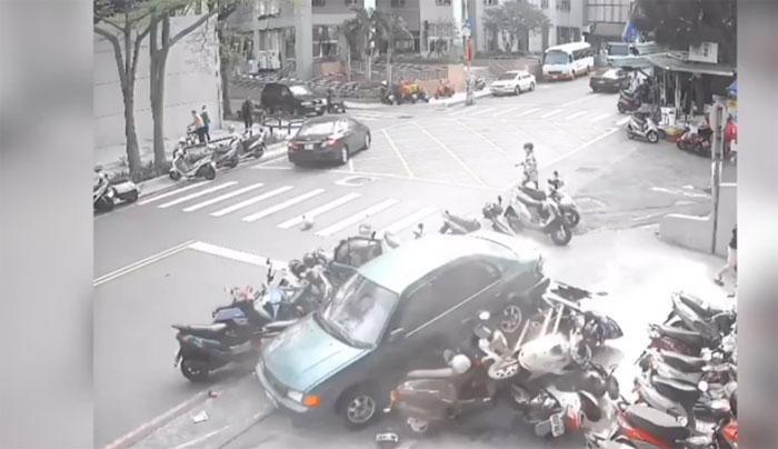 ویتنام: اناڑی ڈرائیور نے گاڑی موٹرسائیکلوں پر چڑھا دی