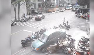 ویتنام: اناڑی ڈرائیور نے گاڑی موٹرسائیکلوں پر چڑھادی