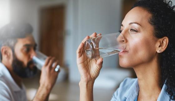 کیا بار بار پانی پینے سے کورونا سے بچا جا سکتا ہے ؟