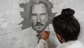 برطانوی فنکار نے آرٹ کی دنیا کو نیا رنگ دے ڈالا