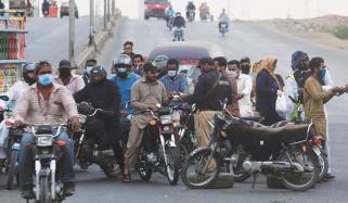 کراچی میں لاک ڈاؤن کی سختی، لوگوں پر روک ٹوک