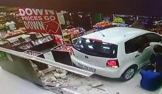 جنوبی افریقہ میں تیز رفتار کار دکان کے اندر جا گھسی