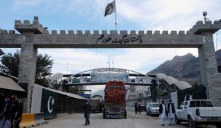 طورخم بارڈر، افغان شہری رکاوٹیں توڑ کر اپنے ملک فرار