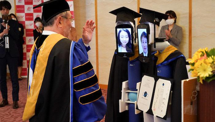 جاپان ،گریجویشن تقریب میں روبوٹ کا استعمال