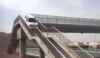چینی کار ڈرائیور یوٹرن کیلئے پیڈسٹرین برج پر چڑھ گیا