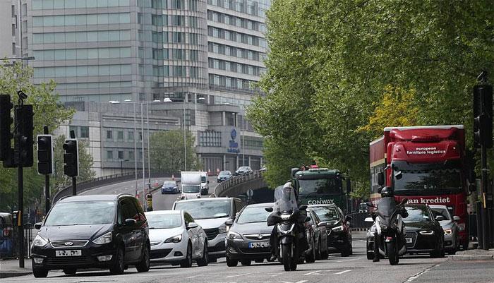 برطانیہ کی سڑکوں پر رش، لوگ گھروں سے نکلنا شروع