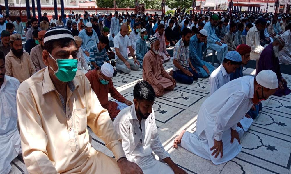 کراچی: جمعۃ الوداع کے اجتماعات، کہیں احتیاط، کہیں لاپروائی