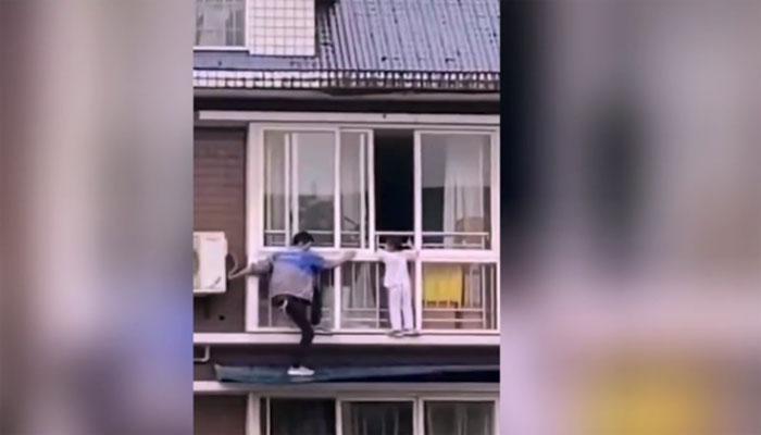 چین: بہادر شخص نے پانچویں منزل کے چھجے میں پھنسی بچی کو بچا لیا