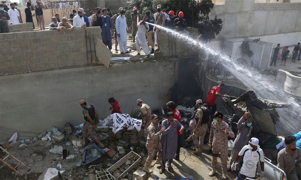 طیارہ حادثہ: 12 افراد کی میتیں ورثاء کے حوالے