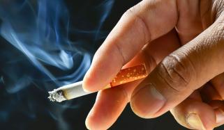 سگریٹ نوشی کورونا کے خطرات سے بچاتی نہیں بڑھاتی ہے، نئی تحقیق