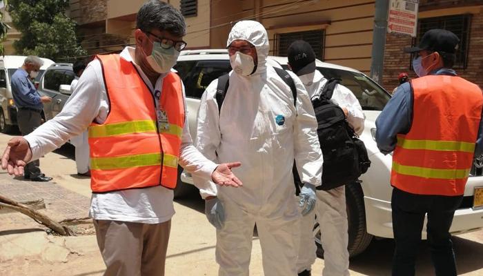 کراچی: طیارہ حادثہ کی جگہ پر موجود افراد کو مفت چائے پلانے والا شخص