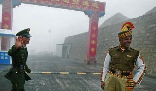 چینی فوجیوں کے ہاتھوں بھارتی اہلکاروں کی دھنائی، مکے مار مار کر منہ سُجا دیے