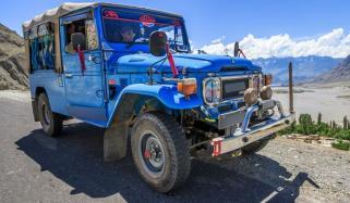 گلگت: دریا میں گرنے والی جیپ میں سوار افراد کی تلاش تاحال جاری