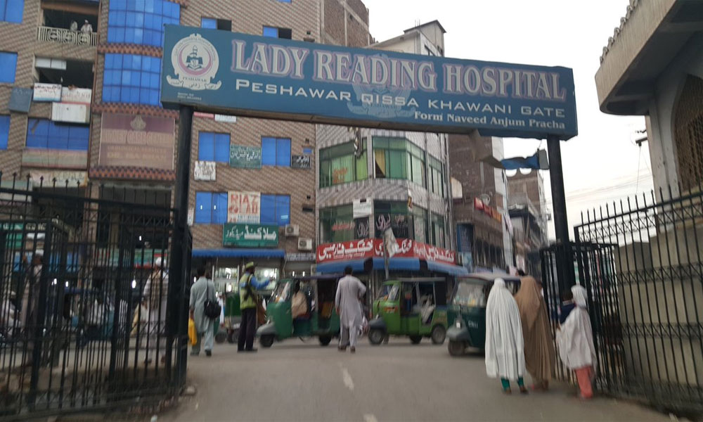 پشاور: مشتبہ کورونا مریضہ کا انتقال، لواحقین کی اسپتال میں توڑ پھوڑ