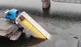 یوکرین: پل اچانک ٹوٹنے سے ٹریلر کا ایک حصہ پانی میں ڈوب گیا