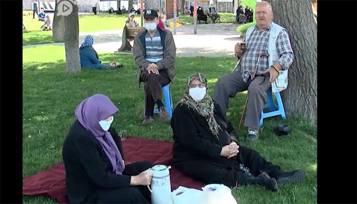 ترکی میں معمر افراد نے لاک ڈاؤن کھلنے پر پارکوں میں دن گزارا