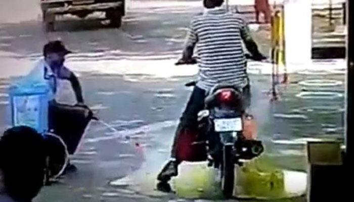 سینیٹائزر اسپرے سے موٹر سائیکل کو آگ لگ گئی