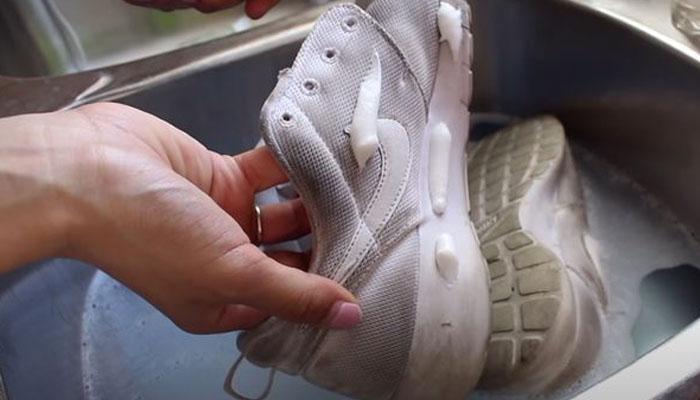 گندے جوتے صاف کرنے کا آسان طریقہ