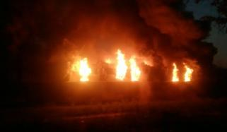 کراچی میں آتشزدگی، 25 باڑے خاکستر، 8 بھینسیں ہلاک